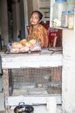 Lokaler Shop Lokale Frau Steinstadt, Zanzibar tanzania lizenzfreie stockfotografie