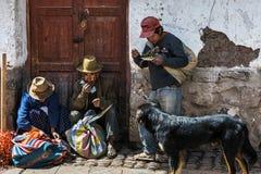 Lokaler som äter i gatan i en marknad i staden av Pisac, i den sakrala dalen royaltyfri foto