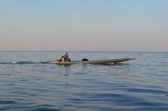 Lokaler som fiskar ut i floden thailand Arkivfoto