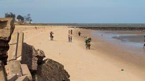 Lokaler som samlar skaldjur längs stranden Royaltyfri Fotografi