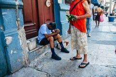 Lokaler som sitter på gatorna i Kuba royaltyfri bild