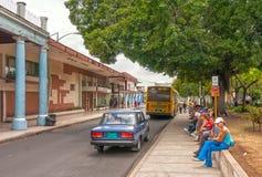 Lokaler som väntar på en buss Royaltyfri Fotografi