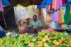 Lokaler Straßenhändler, der Bananen verkauft Lizenzfreie Stockbilder