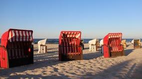 Lokaler Strand-Stuhl auf baltischer Küste mit Abendlicht Lizenzfreie Stockfotografie