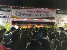 Lokaler trängas den 43rd årliga kakashowen i Bangalore Arkivfoto