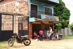 Lokalerna på gatorna av staden Arkivbild