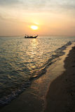 Lokales Fischerboot im Meer mit Sonne am backgrou Lizenzfreie Stockfotos