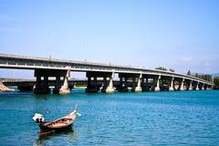 Lokales Fischerboot nahe der Brücke von Phuket Thail Stockfotografie