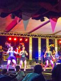 Lokales Konzert mit der thailändischen Mädchengruppe, die das Tempel-Ereignis in B tanzt lizenzfreie stockbilder