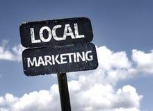 Lokales Marketing-Zeichen mit Wolken und Himmelhintergrund Stockfoto