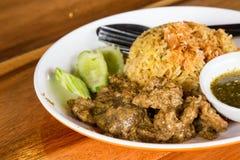 Lokales traditionelles Gelb der thailändischen Moslems kochte den Reis mit trockenem geschnitten Stockfotos