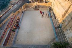 Lokalinvånare av Valletta som spelar bocceboccileken Arkivbilder