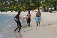 Lokalinvånare tycker om solig dag på den storslagna Anse stranden i Grenada Royaltyfri Fotografi