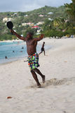Lokalinvånare tycker om solig dag på den storslagna Anse stranden i Grenada Arkivbilder
