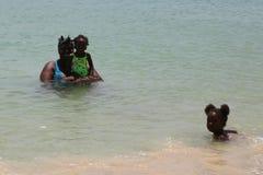 Lokalinvånare tycker om solig dag på den storslagna Anse stranden i Grenada Royaltyfria Foton