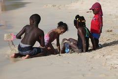 Lokalinvånare tycker om solig dag på den storslagna Anse stranden i Grenada Royaltyfri Foto
