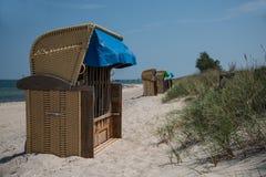 lokaliserad semesterortsjösida för strand stol Arkivfoton