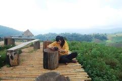 Lokaliserade ChiangMai den thailändska kvinnamodellen för ståenden på måndag driftstopp/ Royaltyfria Bilder