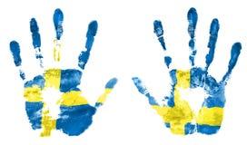 Lokalisieren Sie das Impressum von zwei Händen in den Farben der schwedischen Flagge Stockfotografie