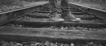Lokalisiert auf Bahnen mit meinen Turnschuhen Stockfotografie