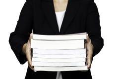 Lokalisiert auf dem Weiß des Geschäfts Bücher halten Lizenzfreies Stockbild