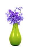 Lokalisiert auf weißem Hintergrundblumenstrauß von blauen Blumen in einem glassg Stockfoto