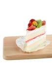 Lokalisiert vom Kuchen verzieren Sie mit Früchten stockbild