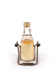 Lokalisiert von der Glasflasche mit Alkohol auf Weiß Stockfotografie