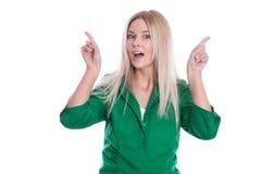 Lokalisierte attraktive Geschäftsfrau im Grün stellt sich dar. Stockbild