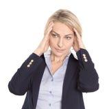 Lokalisierte betonte reife Frau mit Kopfschmerzen auf Weiß. lizenzfreies stockbild