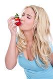 Lokalisierte blonde Frau, die Erdbeeren hält Lizenzfreie Stockbilder