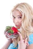 Lokalisierte blonde Frau, die Erdbeeren hält Lizenzfreies Stockfoto