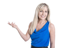 Lokalisierte blonde reife Frau stellt sich mit überreichen Weiß dar Stockfotografie