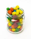 Lokalisierte bunte Süßigkeit in geöffnetem Glas Stockbild