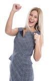 Lokalisierte erfolgreiche glückliche blonde Geschäftsfrau mit den Fäusten oben. Stockbilder