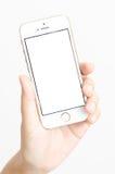 Lokalisierte Frauenhand, welche die Telefontablettennote hält Stockfotos