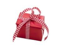 Lokalisierte Geschenkbox eingewickelt im roten Papier, kariert für Weihnachten Lizenzfreies Stockbild