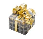 Lokalisierte Geschenkbox für Weihnachten im Grau mit einem goldenen Band Stockfotografie