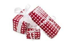 Lokalisierte Geschenke eingewickelt im karierten Papier für Weihnachten Stockfotos