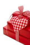 Lokalisierte Geschenke eingewickelt im roten Papier mit einem überprüften Herzen Lizenzfreies Stockbild