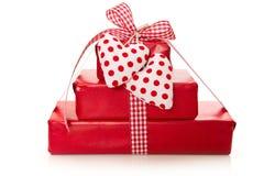 Lokalisierte Geschenke eingewickelt im roten Papier mit Herzen Lizenzfreie Stockfotografie
