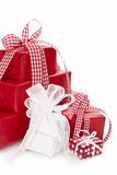 Lokalisierte Geschenke eingewickelt im roten und Weißbuch für Weihnachten Stockfotografie