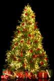 Lokalisierte Geschenke und Weihnachtsbaum lizenzfreies stockfoto