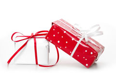 Lokalisierte giftboxes eingewickelt im roten und Weißbuch - Tupfen Stockfotografie