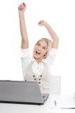 Lokalisierte glückliche blonde Frau im Büro Stockfotografie