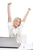 Lokalisierte glückliche blonde Frau im Büro Lizenzfreies Stockbild