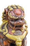 Lokalisierte goldene Löweskulptur der chinesischen Art im weißen Hintergrund Stockbild