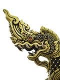Lokalisierte goldene Naga-Statue Red Eyes, Thailand Lizenzfreie Stockfotos