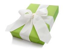 Lokalisierte grüne Geschenkbox gebunden mit weißem Band für Weihnachten lizenzfreies stockfoto