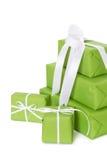 Lokalisierte grüne giftboxes gebunden mit weißem Band Lizenzfreie Stockbilder